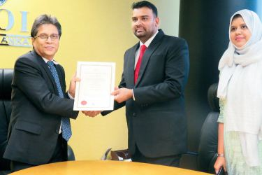 Mohamed Nazar Mahamed Rizan, Managing Director of the Company, formally receives the Certificate of Registration from Mangala Yapa, Chairman BOI