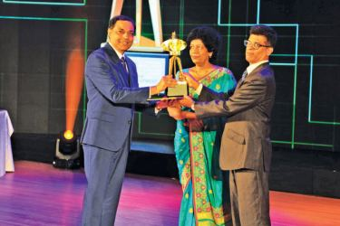 Jagath Pathirana, EFL Sri Lanka, CEO receives EFL's award for Best Exporter of Logistics Services at the Presidential Export Awards 2018/19