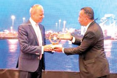 Iqram Cuttilan, Chairman of Ceylon Association of Shipping Agents and Managing Director Aitken Spence Shipping Limited presents a memento to Sagala Ratnayaka ,Minister of Ports & Shipping and Southern Development
