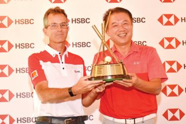 Overall winner H.K. Chang receiving the HSBC Challenge Trophy from Mark Prothero, CEO of HSBC Sri Lanka and Maldives.