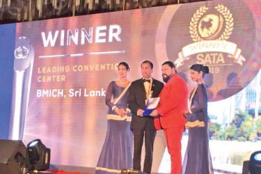 BMICH Director/Chief Executive Sunil Dissanayake (2nd from left) being presented the Leading Convention Centre – 2019 Award at the South Asia Travel Awards ceremony