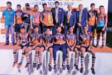 The victorious Rajans Hockey team – C.Abeyratne(Capt.) holding the Trophy. On his right Indrawansa Herath(Coach) and A.B.Godigamuwa(Asst.Coach)Next To him, MIC Jagath Dharmasiri(extreme left) with the officials of the tournament. Pic. By Upananda Jayasundera-Kandy Sports Spl. Corrs.