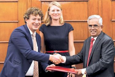 The financing agreement was signed by Finance Secretary Dr. R.H.S. Samaratunga and Rabobank Director Han Bartelds in the presence of Netherlands Ambassador Tanja Gonggrijp, at the Ministry of Finance.