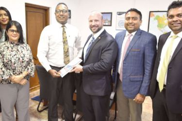 Officials of NCE and SriLankan Airlines exchange the MoU