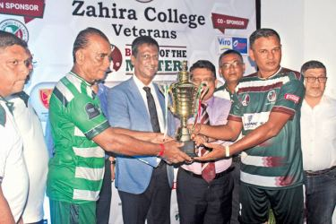 Captains of the Zahira College and St. Benedict College Athula Perera and Mohamed Roomi receiving joint champions award from chief guest Ramanathan Pugalendran. Principal Trizviiy Marikkar, Board of Governors Chairman Fowzul Hameed, Secretary Alavi Mukthar, OBA President Naina Mohamed, Zahira Veterans President T.J. Chuncheer and Project Chairman Shaffie Namiz were also present.