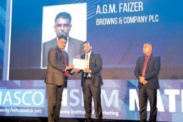 Abdul Gafoor Mohamed Fizer, Business Development Manager, Browns Batteries accepting the award.