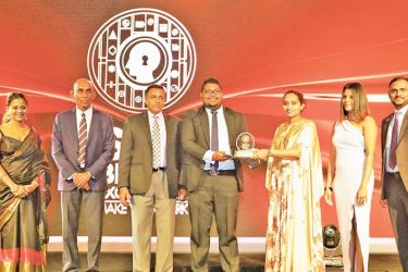 Gayan Kalugamage, Assistant Manager Mobile Financial Services, Mobitel accepts the Gold Award from Thilanka Abeywardena, Vice President Events, SLIM along with Jayamali Weerahandi Assistant Manager, Brands, Mobitel, Rishani Gunaratne Manager Mobile Financial Services, Mobitel, Shehan Perera Assistant Manager, Mobile Financial Services, Mobitel.