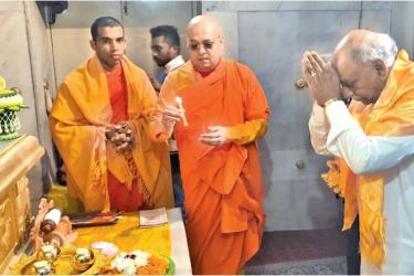 Foreign Relations Minister  Dinesh Gunawardena paid obeisance at the Mahabodhi Temple and received the blessings of the Maha Sangha yesterday.
