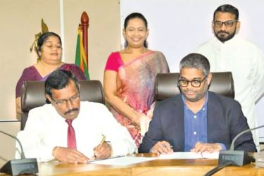 The MoU signed by Saman Bandara, Samurdhi Director General on behalf of the Ministry of Samurdhi and Rakhil Fernando, Managing Director/ Country Head of Daraz Sri Lanka. Minister of Women & Child Affairs and Social Security and Minister of Healthcare and Indigenous Medical Services, Pavithradevi Wanniarachchi, State Minister of Social Security, Tharaka Balasuriya look on