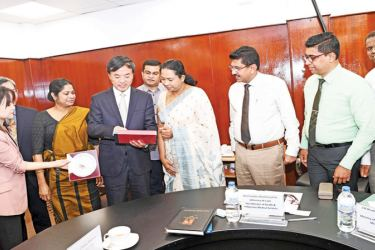 Health Minister Pavithra Wanniarachchi, Health Services Director General Dr. Anil Jasinghe and officials with the members of the Chinese delegation.