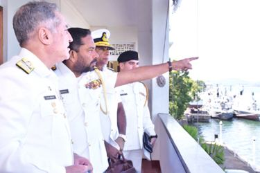 Pakistan Naval Chief  Admiral Zafar Mahmood with the Commander Eastern Naval Area, Rear Admiral Merril Wickramasinghe