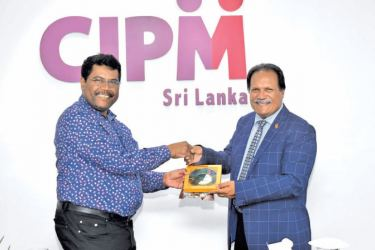 CIPM Sri Lanka President Dhammika Fernando presents a token of appreciation to Dr. Aly Shameem (PhD) President of the Civil Service Commission of the Maldives