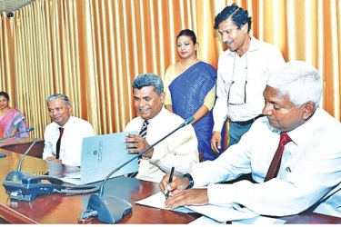 Ceylinco Life Chairman R. Renganathan (Above) signs the Memorandum of Understanding with Prof. D. M. Semasinghe, the Vice Chancellor of the University of Kelaniya in the presence of Directors of Ceylinco Life and senior academics of the University of Kelaniya