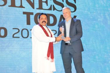 Fabrice Cavallin – Managing Director, Nestlé Lanka, receiving the award from Mahinda Rajapaksa, Prime Minister of the Democratic Socialist Republic of Sri Lanka