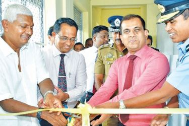 Ceylinco Life Chairman R. Renganathan, Director District General Hospital Trincomalee Dr Jagath Wickramarathna, Consultant Oncologist Dr Pradeep Alahakoon and Air Commodore Udeni Rajapaksa, Commandant SLAF Academy China Bay at the opening of the Chemo Unit at the Trinco General Hospital