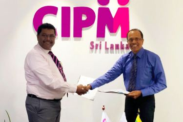 President CIPM Sri Lanka Dhammika Fernando, exchanges the MoU with Director SCCI and Committee Chairman of the Sabaragamuwa Busines school D.A. Gunaseela