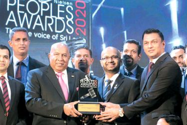 """HayleysPLC Group Chairman/Chief Executive and Singer Sri Lanka PLC Group Chairman Mohan Pandithage and Singer Sri Lanka PLC Group CEO Mahesh Wijewardene with the Management team receiving the prestigious """"Peoples Brand of the Year"""" award for the 14th consecutive year"""