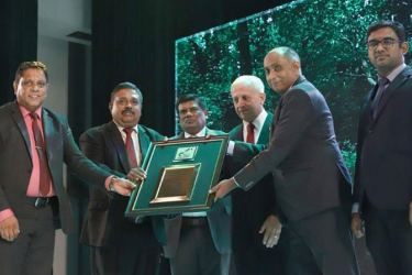 Malraj Balapitiya, CEO of SLT Digital Info Services receiving the Special Recognition award to Sri Lanka Telecom from Delan Silva, President of the Executive committee - SLAP. At left Upul Manchanayaka, GM (IT & Operations) of SLT Digital Info Services and other representatives of the SLAP were also present
