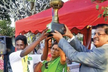 The skipper of Miskin House receiving the trophy from Chief Guest Lion P.M. Mahendran