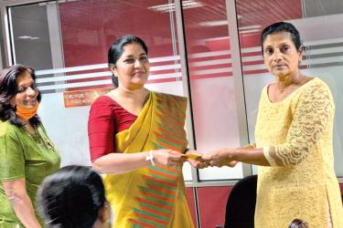 President Netball Federation Lakshmi Victoria presenting the sponsorship cheque to committee towards the formation of the two associations to Women's Beach Volleyball Association President Yamuna Sandamali.