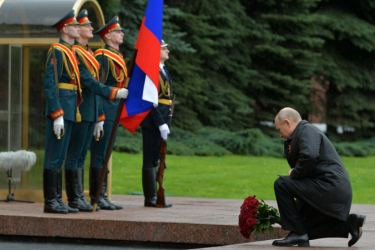 Putin lays flowers at the Tomb of the Unknown Soldier. (Alexei Druzhinin/TASS)