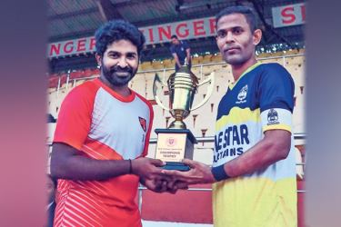 Old Peterites skipper M. Nazeem (on right) and Old Trinitian skipper Sanoj Srinath  with the trophy