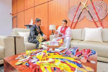 Sports Minister Namal Rajapaksa discusing with former athlete, Chandana Nishantha Atapattu at the Ministry of Youth Affairs and Sports.