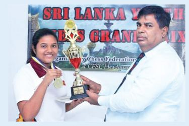 Sanidula Dhahamdi receiving the Champion trophy from the chief guest CFSL President Luxman Wijesuriya.