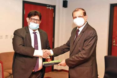 AASL Chairman, Major General G.A. Chandrasiri and Chairman of SLIC Jagath Wellawatta exchange the agreement