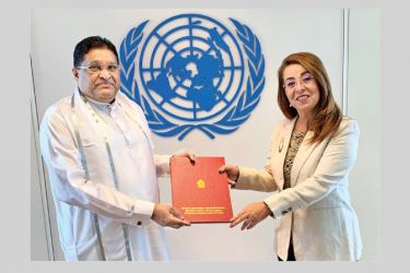 Ambassador Jayesinghe presenting Credentials to UNOV Director-General Ghada Waly.