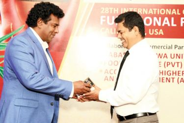Food and Nature Pvt. Ltd. Managing Director Chamendra Somathunga handing over the improved 'diabe tea' new formulation developed by SUSL to Sabaragamuwa University Faculty of Applied Sciences' Dean Prof. Udaya Rathanayake.