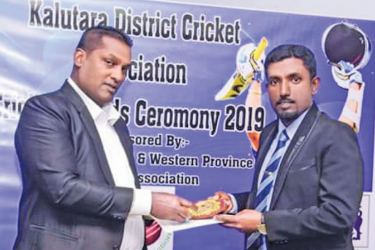 Rishan Sajith Silva receiving his award as the Best Coach of Kalutara District from the President of Kalutara District Cricket Association Manoj Sanjaya (Picture by Dilwin Mendis – Moratuwa Sports Special Correspondent)