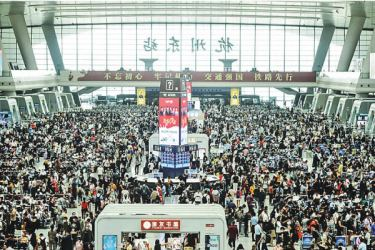 Passengers wait for their trains one day ahead of an eight-day national holiday marking China's National Day and the Mid-Autumn Festival at Hangzhou East train station, in China's eastern Zhejiang province on September 30, 2020. AFP