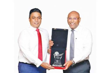 "NDB Chairman Eshana De Silva handing over the ""Best Banking CEO 2020"" award to Director/Group CEO Dimantha Seneviratne"