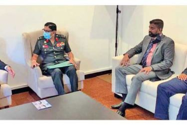 Deputy High Commissioner of India Vinod K. Jacob having discussion with KDU Vice Chancellor Major General Milinda Peiris.