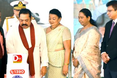 Director, Lady Ridgeway Hospital, Dr. G. Wijesuriya Prime Minister Mahinda Rajapaksa, Former First Lady Shiranthi Rajapaksa, Minister of Health and Indigenous Medical Services Pavithra Wanniarachchi and Group CEO, Dialog Supun  Weerasinghe at the event