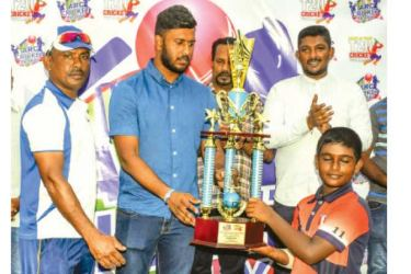 The captain of the Lucky Rogers Cricket Academy, Moratuwa Ravindu Perera receiving the Amal Rodrigo Challenge Trophy 2019 from the Chief Guest Sri Lanka Test and One Day Cricketer Avishka Fernando. Also in the picture are Amal Rodrigo, The Mayor of Moratuwa Samanlal Fernando and MMC Osanda Abeykoon. (Picture by Dilwin Mendis, Moratuwa Sports Special Correspondent)