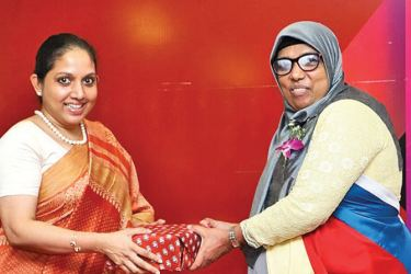 CA Sri Lanka Chief Executive Officer Dulani Fernando presenting a token to the Guest of Honour Noorul Munawara, District Director.