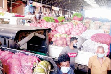 Due to vegetable stocks accumulating at the Dambulla Economic Centre, the Government has decided to keep the Dedicated Economic Centres and wholesale vegetable stalls in the Western Province open for traders to purchase these vegetables. Picture by Sigiriya Special Corr. Kanchana Ariyadasa