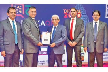 Prof. W D Lakshman, Governor, CBSL presented a plaque to Denver Lewis Vice President/Head of Card Centre, DFCC Bank. Dharmasri Kumaratunge, Director Payments and Settlements, CBSL. Chrishan Jayamanne, Manager Merchant Acquiring DFCC Bank and R A A Jayalath, Assistant Governor, CBSL look on.