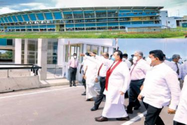 Prime Minister Mahinda Rajapaksa going on an inspection tour of the relocated and newly constructed Peliyagoda Market yesterday. Pictures courtesy Prime Minister's Media Unit