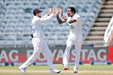 Sri Lanka's Vishwa Fernando (R) celebrates with Sri Lanka's captain Dimuth Karunaratne (L) after the dismissal of South Africa's Lutho Sipamla during the second day of the second Test cricket match at the Wanderers stadium in Johannesburg on January 4, 2021.