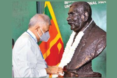 UNP leader Ranil Wickremesinghe paying a floral tribute to the statue of the late PM D.S.Senanayake at the UNP headquarters yesterday.