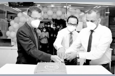 Country Manager Dell Technologies, Sri Lanka and the Maldives, Chrishan Fernando, Director Operations, Singer Sri Lanka PLC, Jagath Perera and Chairman of E-City, Wasantha Dinuwan at the Dell Concept store opening