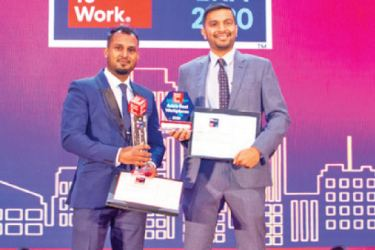 Manager Human Resources Oman Athukorala and Director of Fashion Bug Aqeill Subian with the award