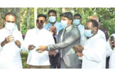 Plantation Minister Dr. Ramesh Pathirana unveiling the plaque to mark the commencement of the housing project. State Minister Jeevan Thondaman and others were present