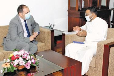 State Minister Tharaka Balasuriya in discussion with Resident High Commissioner of New Zealand to Sri Lanka Michael Appleton.