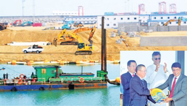 Colombo Port City Managing Director Jiang Houliang presenting a memento to Megapolis and Western Development Ministry Secretary, Nihal Rupasinghe. Megapolis and Western Development Minister, Patali Champika Ranawaka was also present