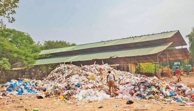 A portion of garbage dumps at Wekunagoda (Picture by Mahinda P.Liyanage, Galle Central Special Correspondent)