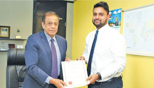 Hemasiri Fernando, Chairman BOI formally presents the Certificate of Registrations to  Imzaan Haqque, Chief Operating Officer of HNJ Towers (Pvt) Ltd